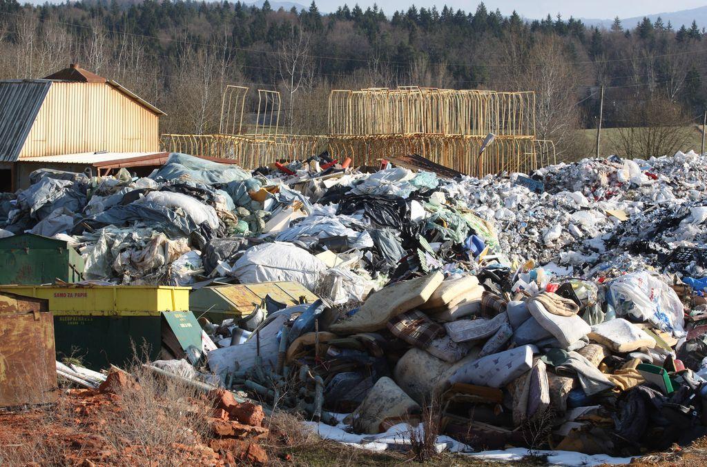 Deponija sredi naselja na Dolenjskem