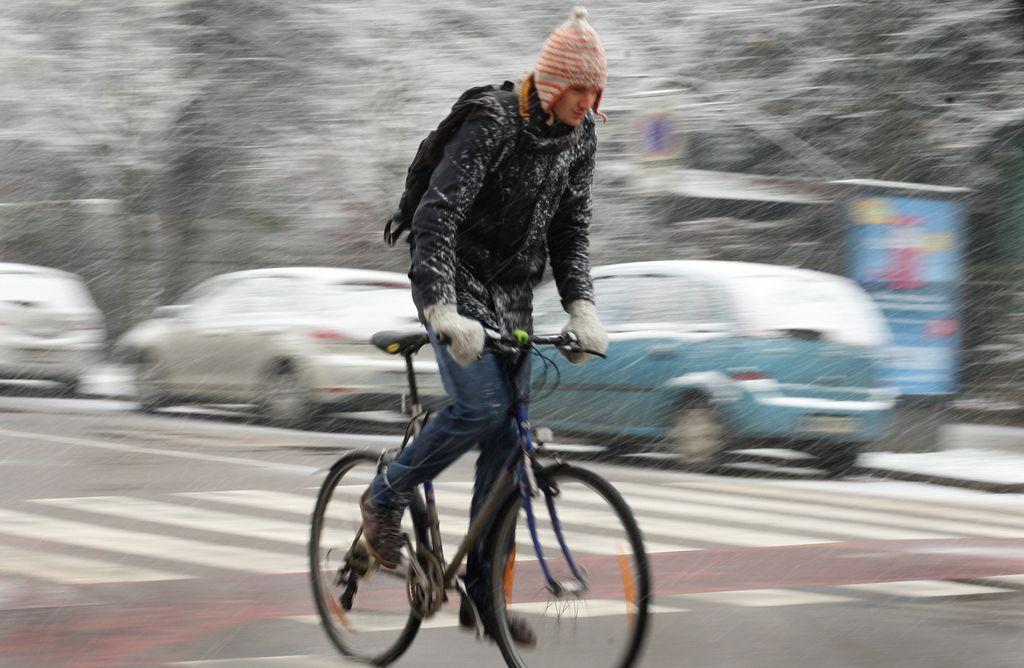 Zasnežene in poledenele ceste nevarne tudi za kolesarje