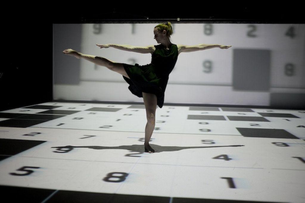Ocena plesne predstave Ottetto: kontrapunkt telesa in zvoka