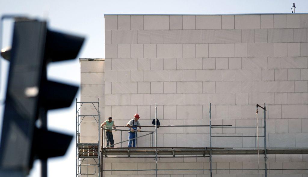 Inšpektorji pregledujejo gradbenike