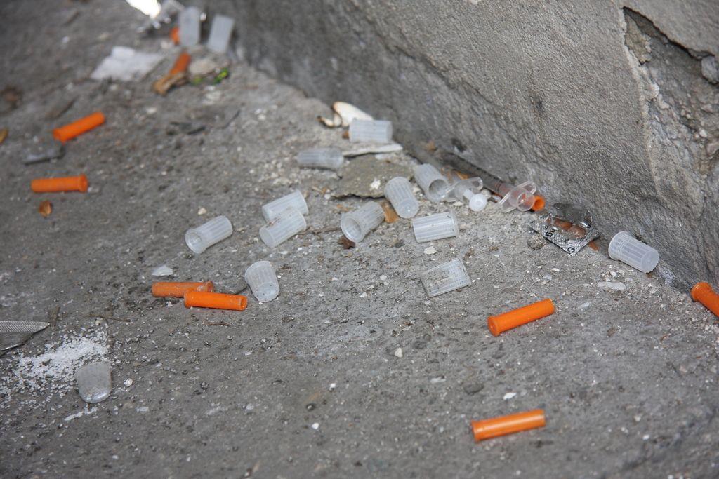 Uživalci drog ob kranjski avtobusni postaji povzročajo preglavice