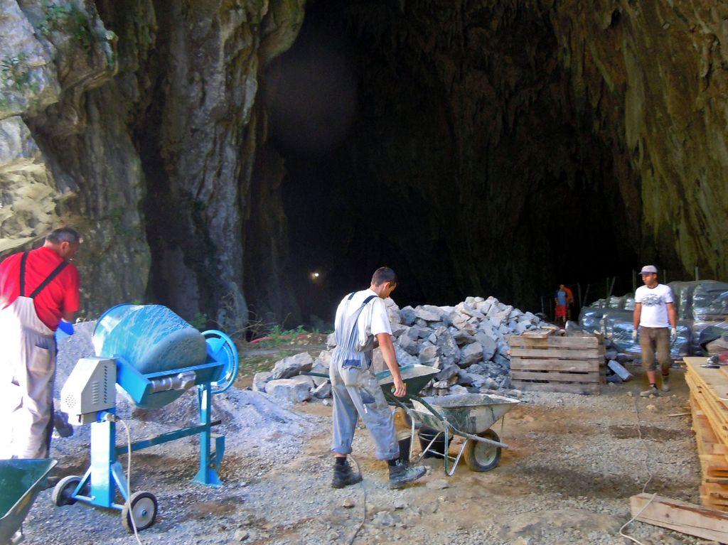 V Škocjanskih jamah brnijo delovni stroji