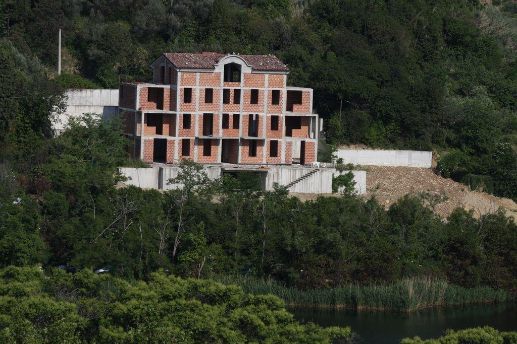Zidar bo moral porušiti del vile v Fiesi