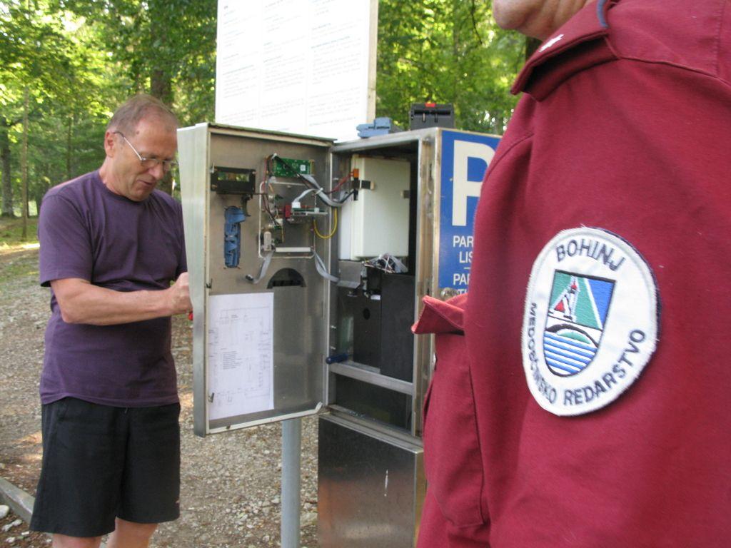 Sto evrov globe za parkiranje v gozdu v TNP