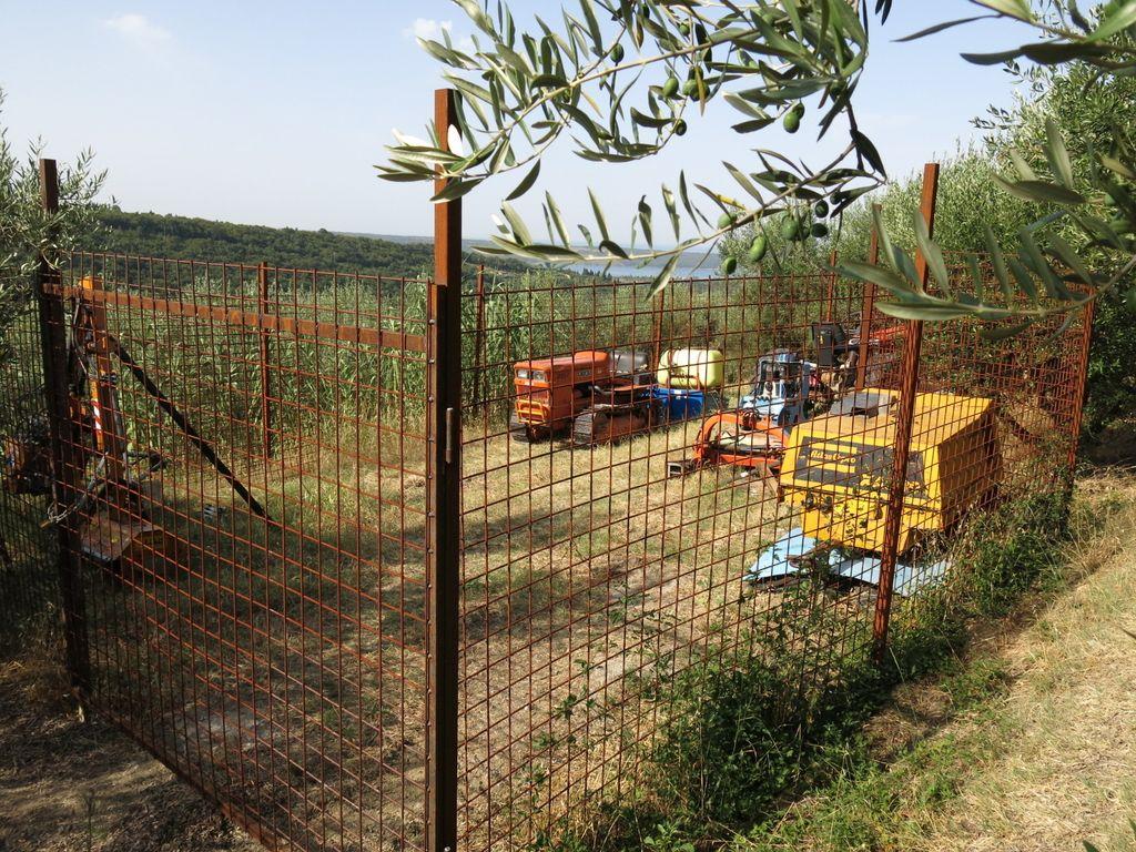 Sklad kmetijskih zemljišč bi objekte odstranil tudi kmetom