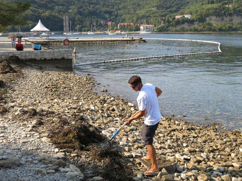 Po odstranitvi košev na obali manj smeti