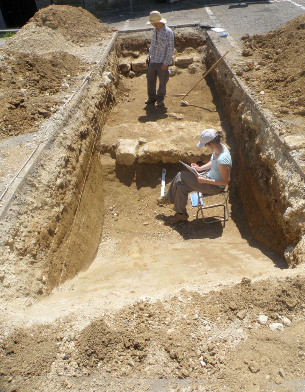Arheologi odmikajo gradnjo vodovoda na Vinjem Vrhu