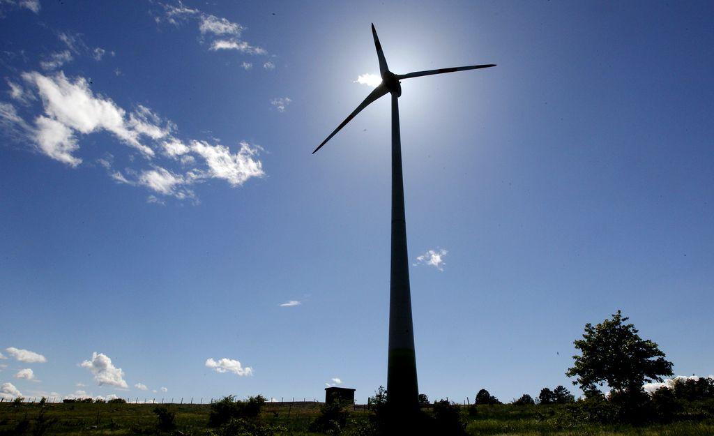 Druga vetrnica pri Nanosu že stoji, vrti se še ne