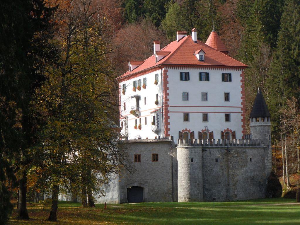 Obiskovalcem gradu Snežnik več kot le kava