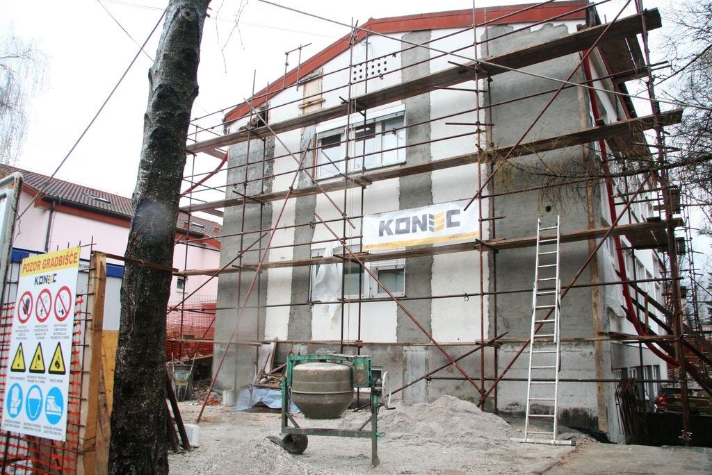 Zaradi varčevanja bodo zapirali gradbišča popotresne obnove