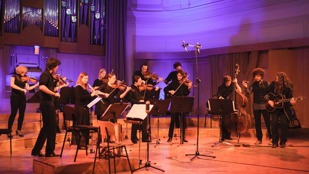 Simbolični Terrafolk orkester navdušil