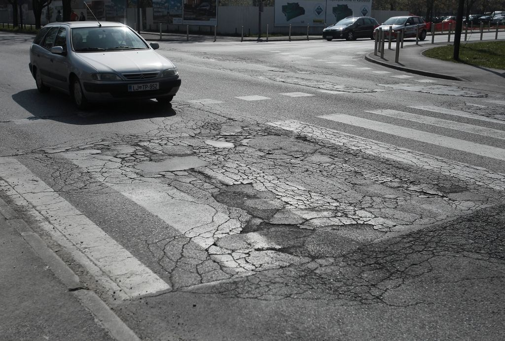 Vzhodno od centra: asfalt razpada, na kanalizacijo čakajo leta