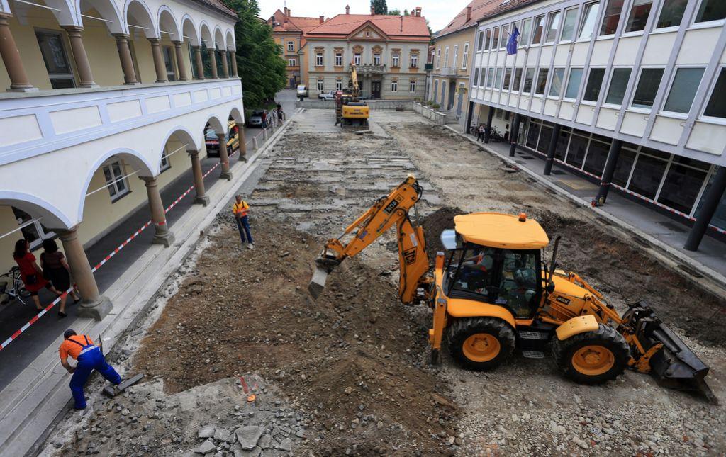 V Mariboru se je vendarle začelo začasno urejanje dveh trgov