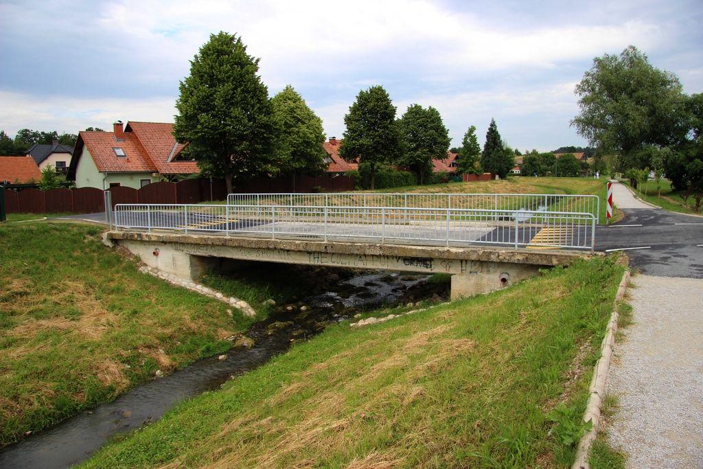 O mostu, ki je ostal v potoku