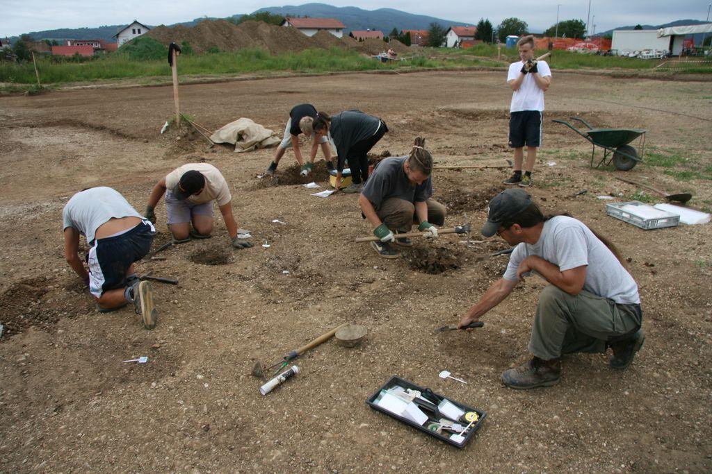 Kjerkoli zasadijo lopato, so arheološki ostanki