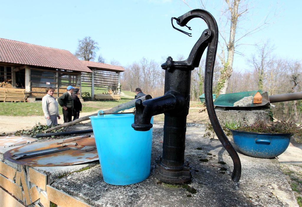 Za 140.000 Slovencev ni podatkov, kakšno vodo pijejo