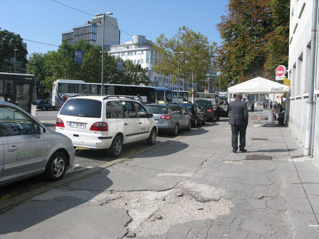 Razpadajoči asfalt ob železniški postaji sramota za SŽ