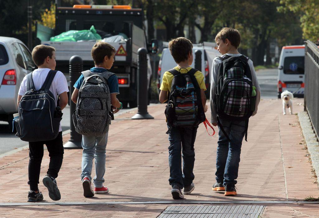 V torbi le toliko potrebščin, kot jih otrok zmore nositi