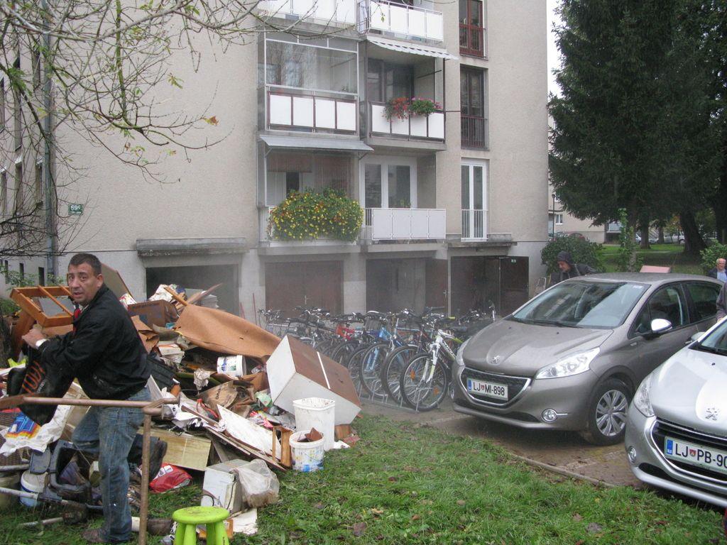 Deroči potok odnesel moškega, razmere v Ljubljani se umirjajo