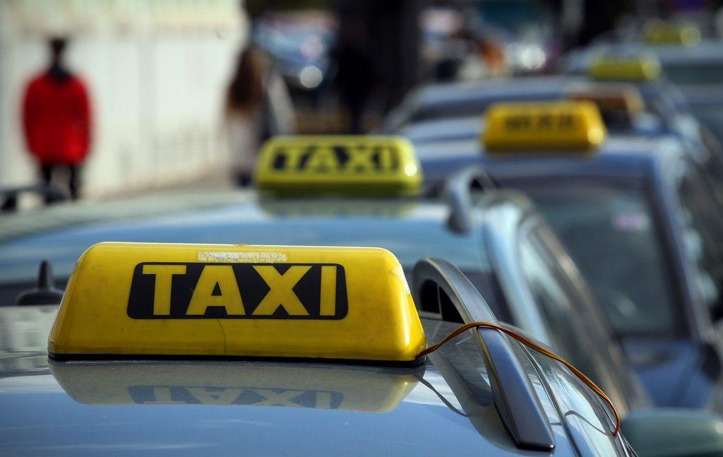 Ministrstvo o taksi službi: »Perečo problematiko intenzivno proučujemo«