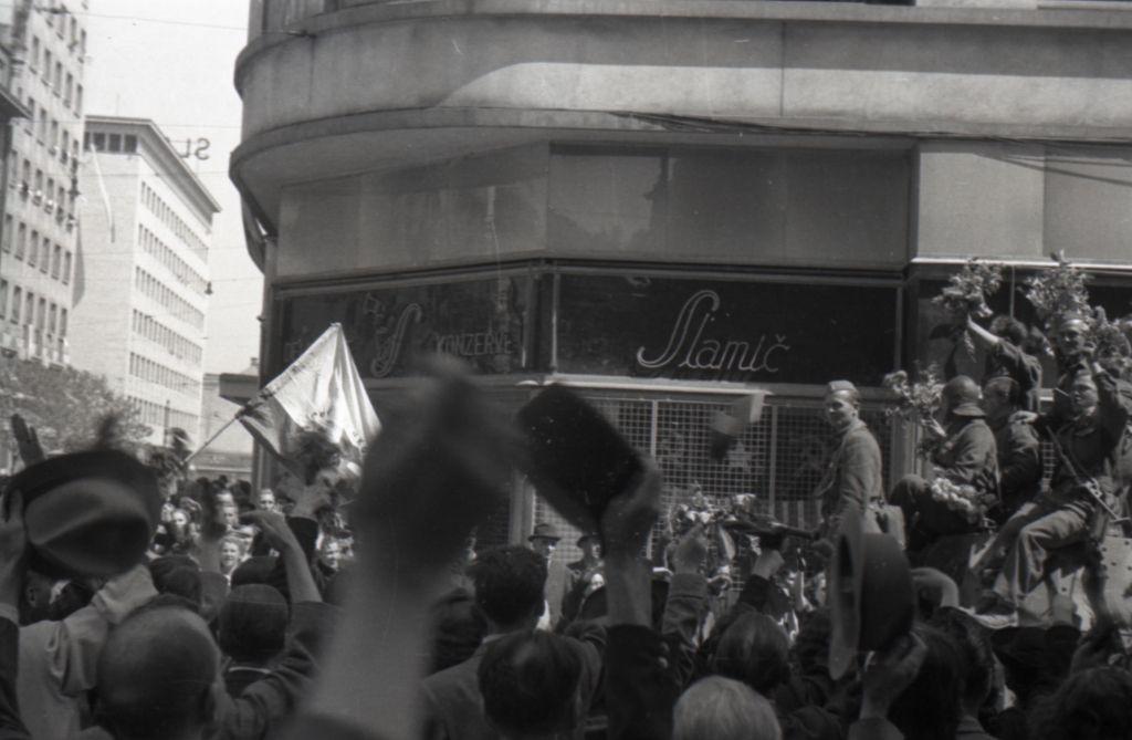 Kabinet čudes: Plapolajoč pozdrav z osvobojenih ljubljanskih ulic