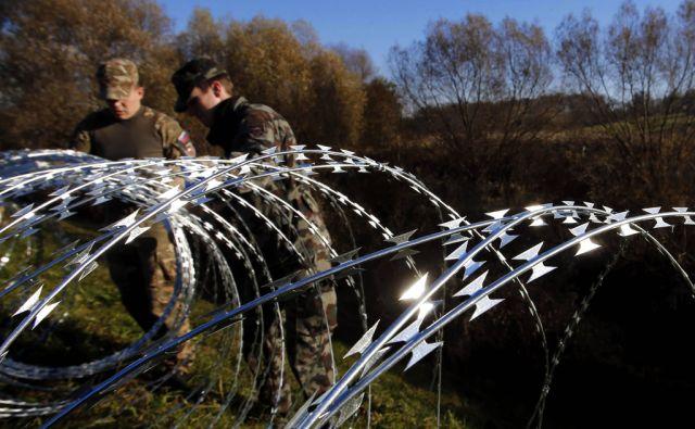 Pričetek postavljanja žičnate ograje na meji s Hrvaško, Veliki Obrež 11. november 2015 [begunci,ograje,državne meje,vojska,policija]