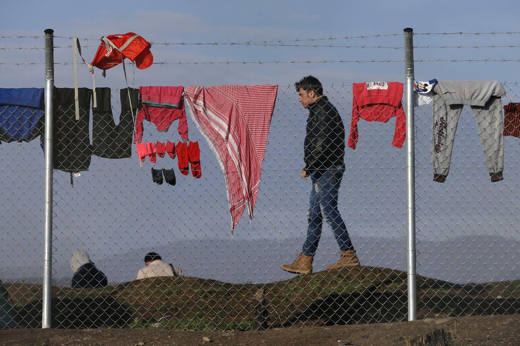Anketa Dela: Dobra polovica naklonjena sprejetju prosilcev za azil