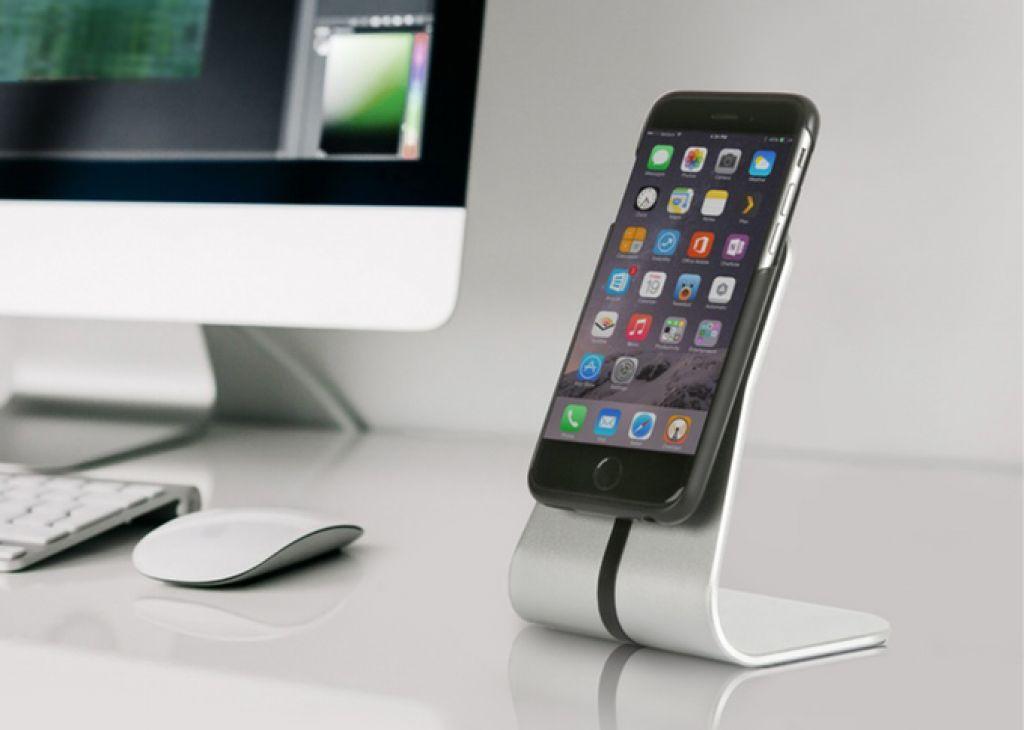 Naj se telefon polni kar na mizi ali na steni