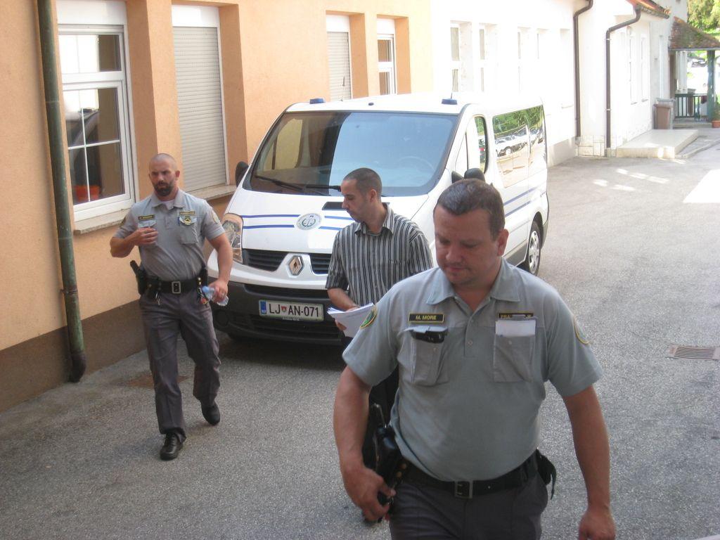 Namesto medicinske bo nosil zaporniško uniformo