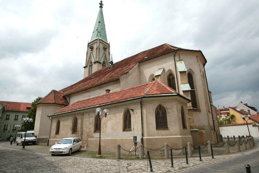 Fasado celjske stolnice popisali z žaljivimi grafiti