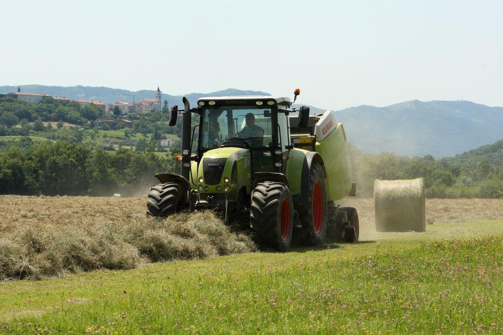 Traktorist umrl pod traktorjem