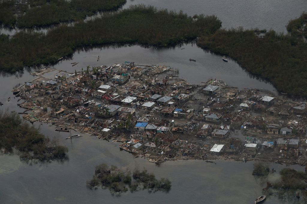 Matthew počasi izgublja svojo moč, na Haitiju kaos