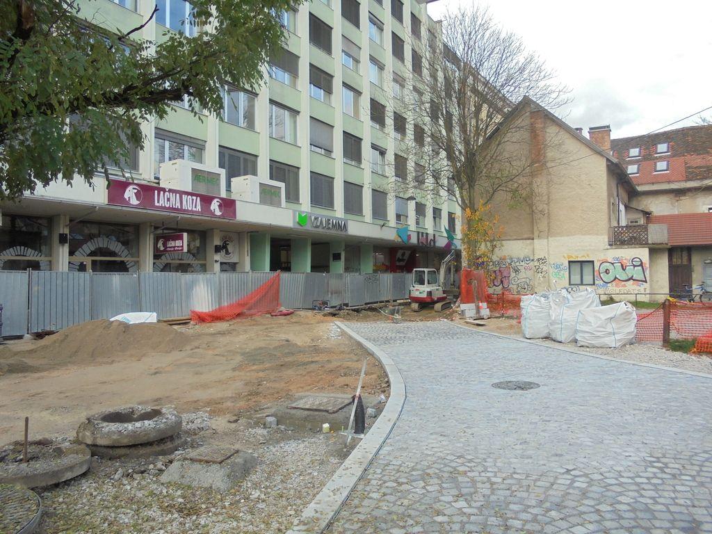 Ulici po novem lepi in urejeni, hiše pa še naprej zanemarjene