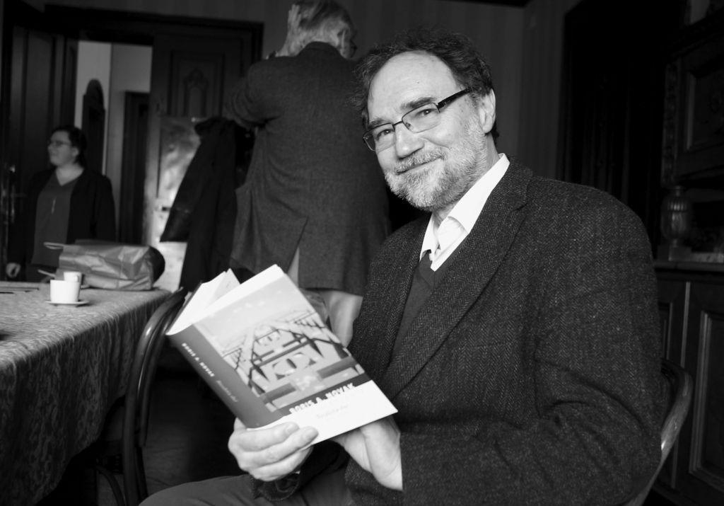 Vrata nepovrata: veličastna »pesniška norost« na 2300 straneh