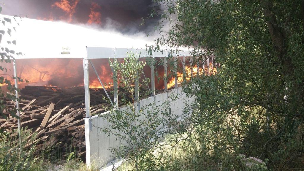 Velik požar zajel obrat za predelavo odpadkov pri Novem mestu