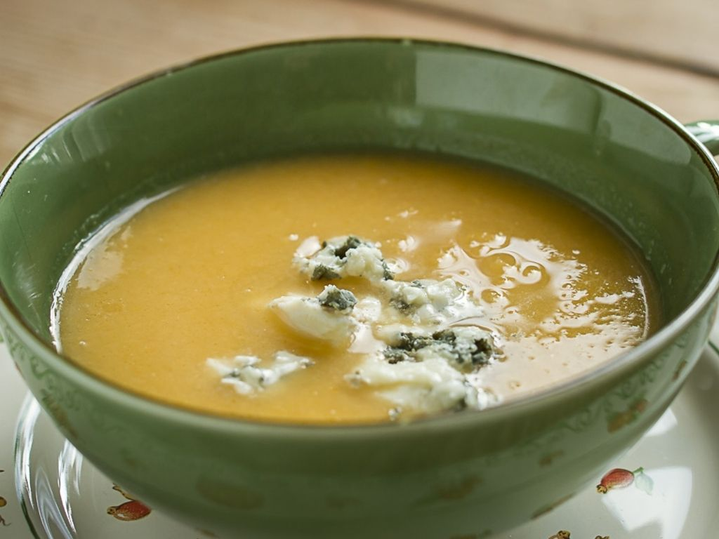 Ponedeljkov namig za kosilo: Kolerabna juha z rokforjem