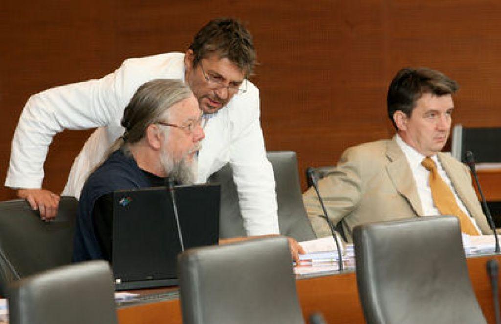Komisiji za nadzor Sove omejen nadzor v tekočih zadevah